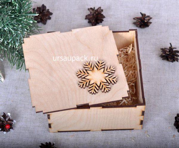 коробка со снежинкой на новый год