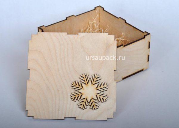 коробка на новый год со снежинкой