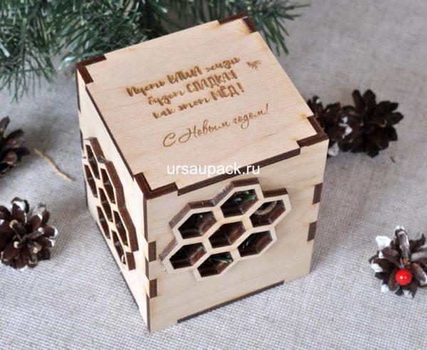 деревянная коробка для меда на Новый год
